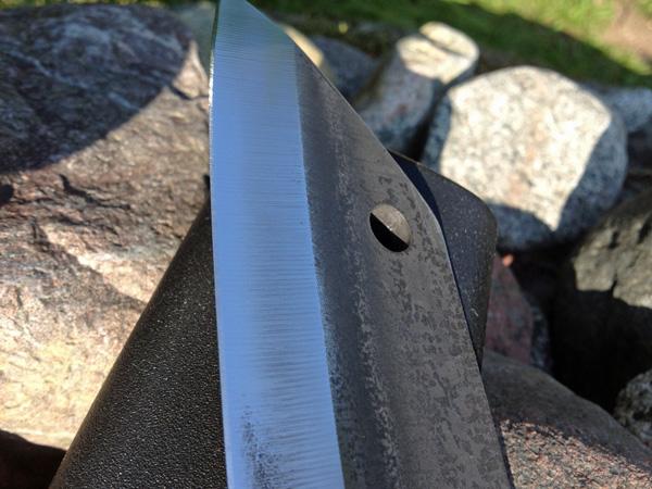 Terän kärki on järkevästi muotoiltu. Kärjessä on hamarapuolella reikä, josta veitsen saa ripustettua vaikka seinälle roikkumaan säilytystä varten.